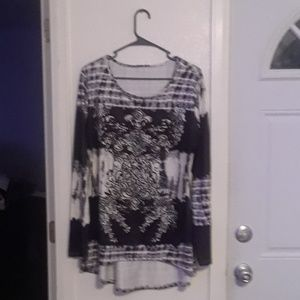 Tops - Black and white long sleeve shirt